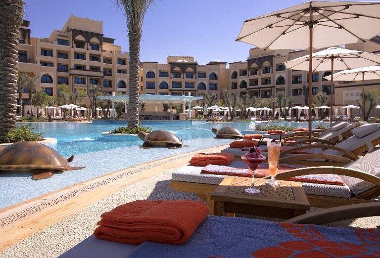 Ležadlá pri bazéne hotela Saadiyat Rotana Resort & Villas Abu Dhabi