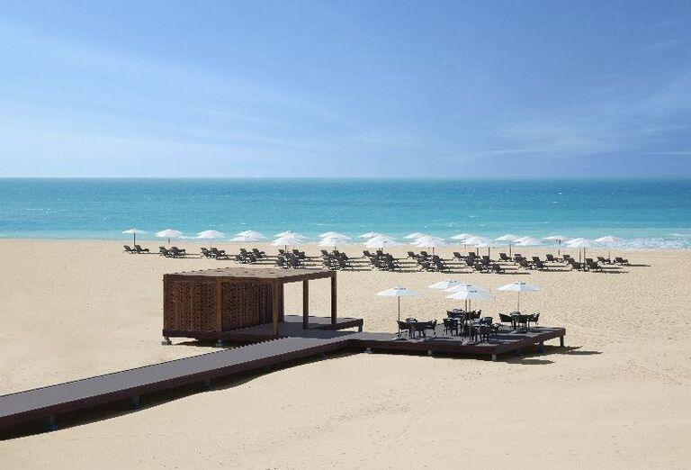 Krásna pláž pri hoteli Saadiyat Rotana Resort & Villas Abu Dhabi