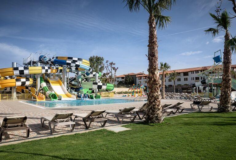 Bazén s tobogánmi v hoteli Creta Maris Beach Resort