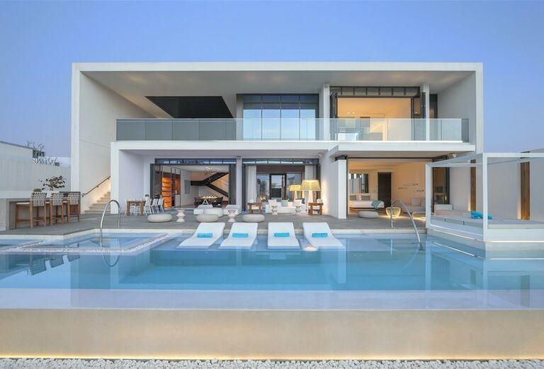Oddych pri bazéne v hoteli Nikki Beach Resort and Spa Dubai