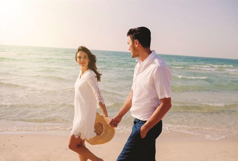 Dvojica na prechádzky pri mori