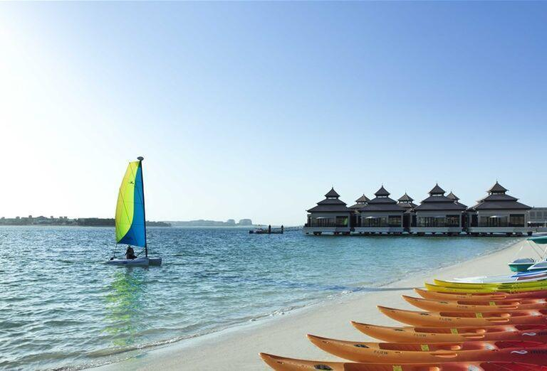 Pláž s kanoe pred hotelom Anantara The Palm Dubai Resort