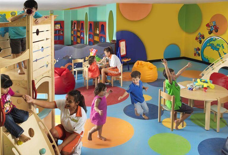 Deti zabávajúce sa v detskom kútiku hotela Anantara The Palm Dubai Resort