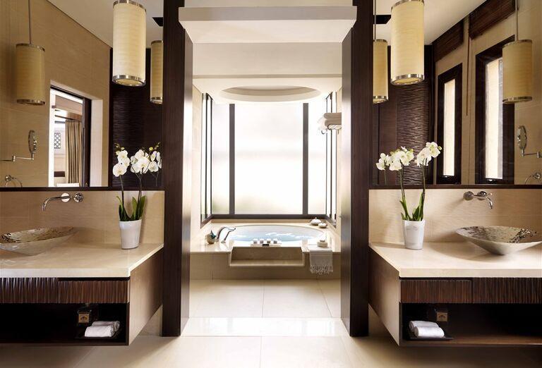 Priestranná kúpeľňa s vírivkou v hoteli Anantara The Palm Dubai Resort