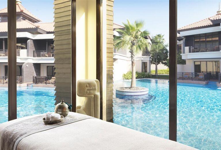 Masáž s výhľadom na bazén v hoteli Anantara The Palm Dubai Resort