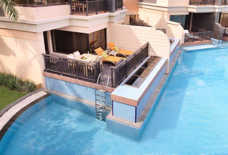 Izba s terasou a ležadlami v hoteli Anantara The Palm Dubai Resort