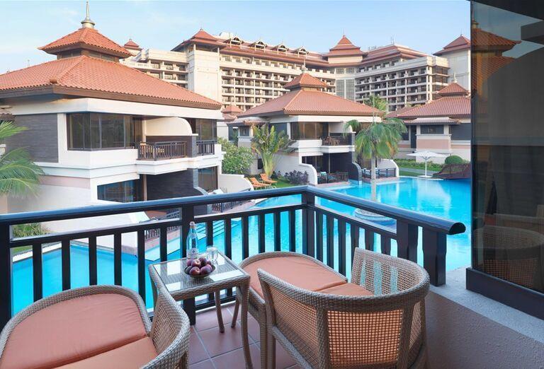 Terasa s posedením a výhľadom na hotel Anantara The Palm Dubai Resort
