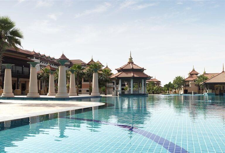 Bazén s lobby barom v hoteli Anantara The Palm Dubai Resort