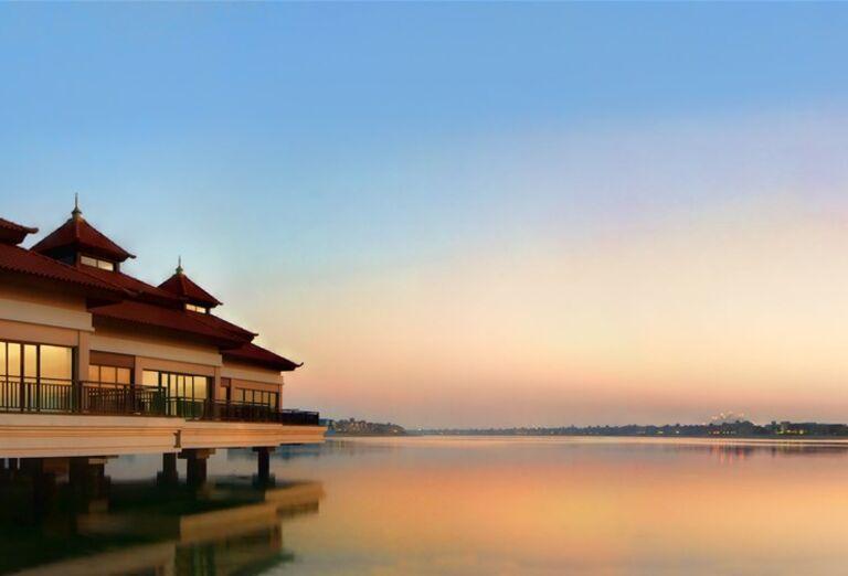 Časť hotela Anantara The Palm Dubai Resort s výhľadom na more
