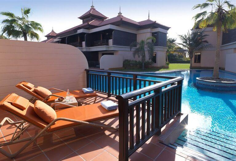 Terasa s ležadlami a výhľadom na hotel Anantara The Palm Dubai Resort