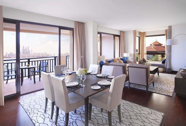 Jedálenská a obývacia časť v hoteli Anantara The Palm Dubai Resort