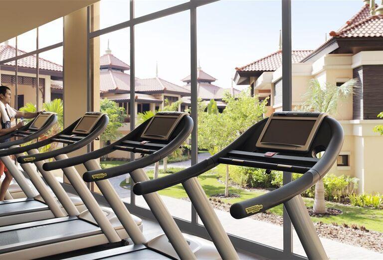 Fitnes s bežiacimi pásmi v hoteli Anantara The Palm Dubai Resort