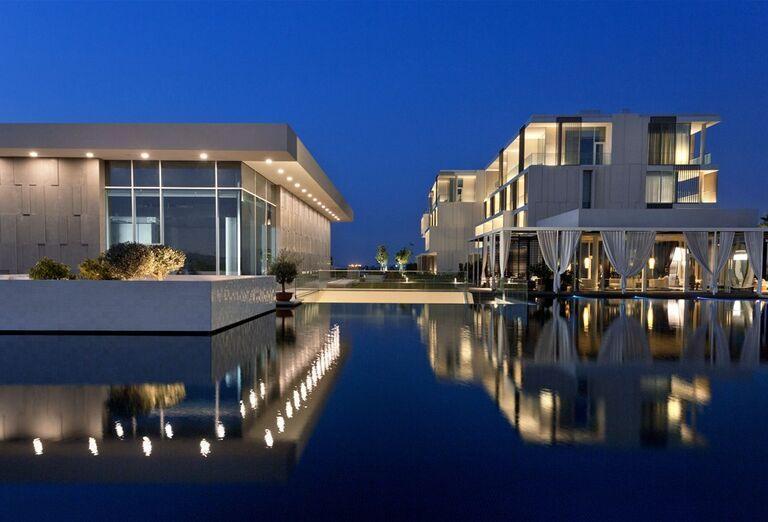 Večerný pohľad na hotel The Oberoi Beach Resort Al Zorah