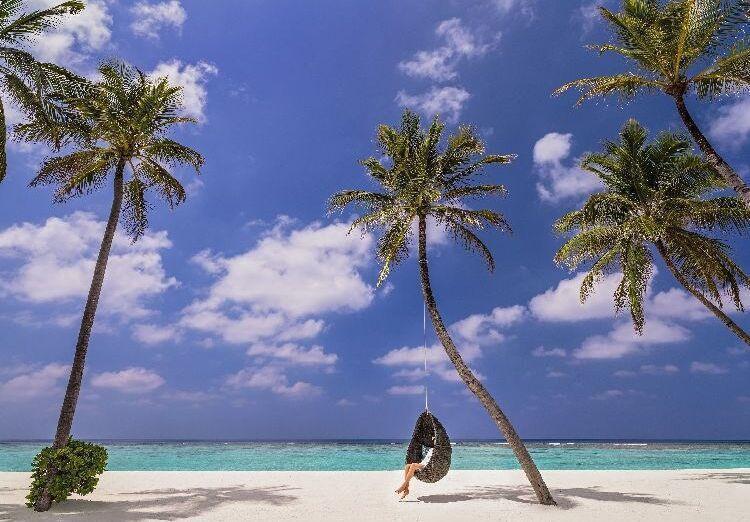 Posedenie na pláži pred hotelom One & Only Reethi Rah