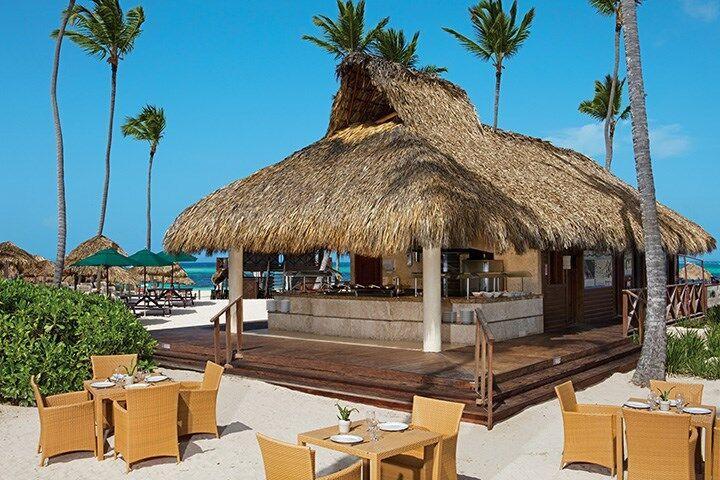 Posedenie pri plážovom bare v hoteli Now Larimar Punta Cana