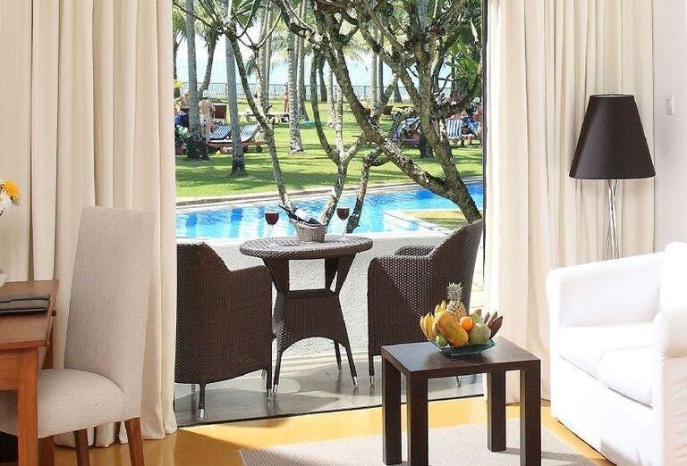 Terasa s výhľadom na bazén v hoteli The Blue Water