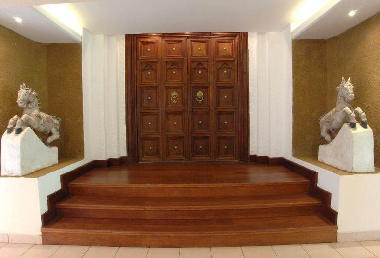 Drevené schody a dvere v hoteli Royal Palms