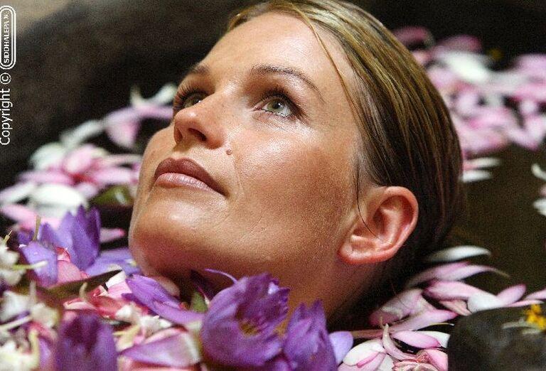 Žena na kúpeli z kvetín