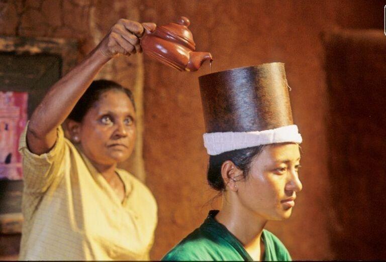 Rituál s nalievaním čaju na hlavu