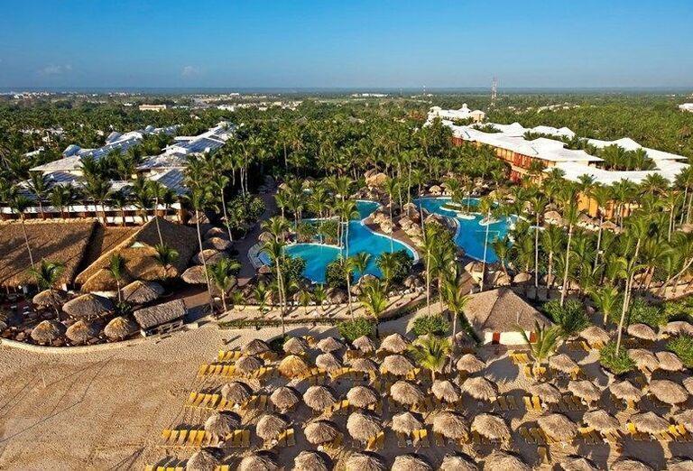 Ležadlá a slnečníky na pláži pred hotelom Iberostar Bavaro Suites