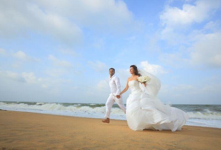 Mladomanželia na pláži