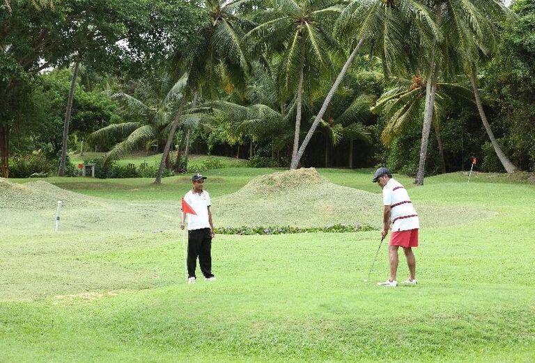 Chlapi hrajúci golf