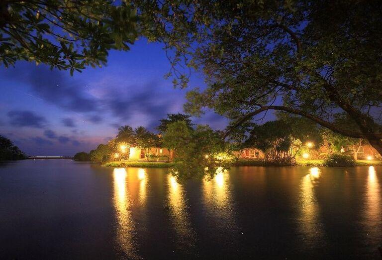 Večerný pohľad na hotel Club Palm Bay