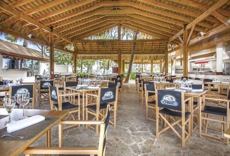 Posedenie pri bare na terase hotela Be Live Collection Punta Cana