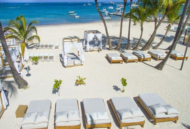Ležadlá na pieskovej pláži pred hotelom Be Live Collection Punta Cana