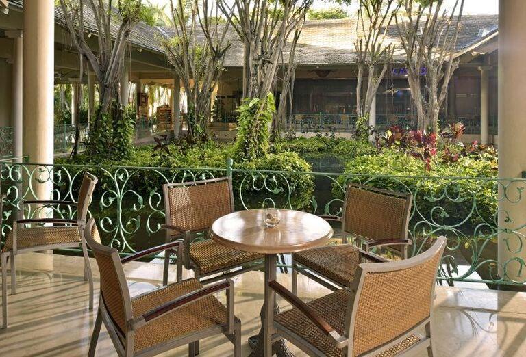 Príjemné posedenie na terase hotela Iberostar Bavaro Suites