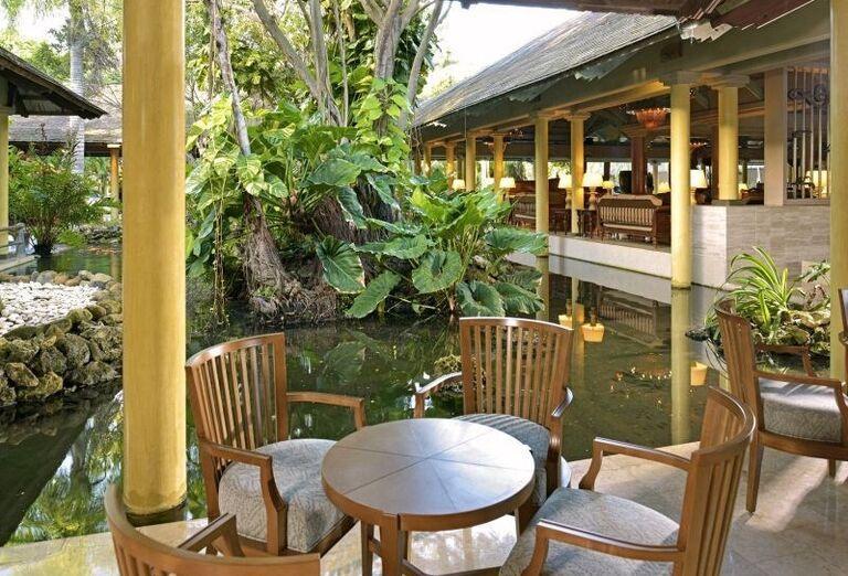 Posedenie pri jazierku v hoteli Iberostar Bavaro Suites