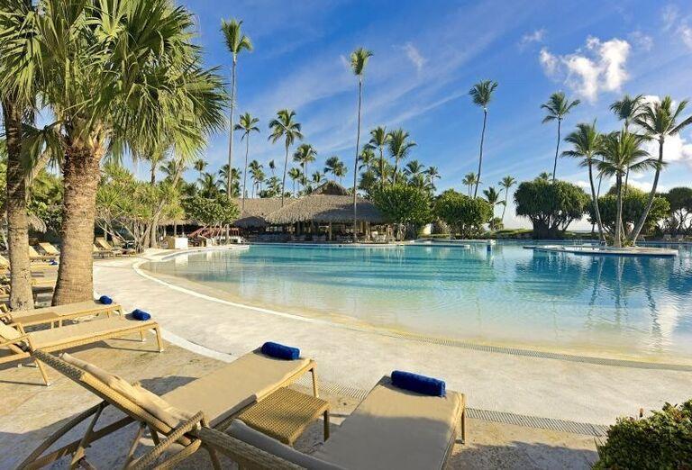 Ležadlá pri bazéne v hoteli Iberostar Bavaro Suites