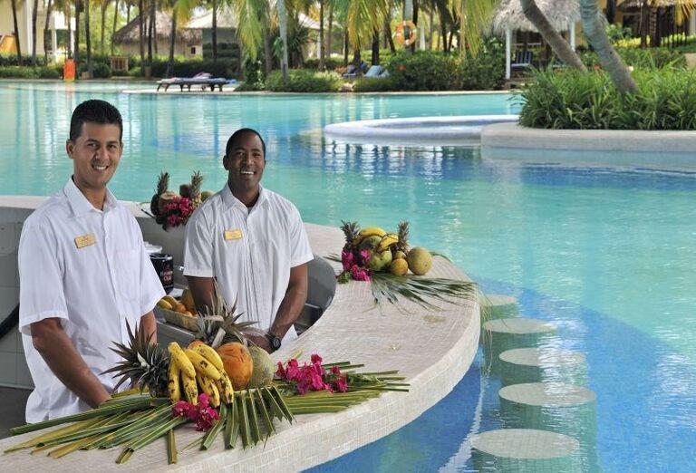 Barmani v bazénovom bare hotela Paradisus Varadero