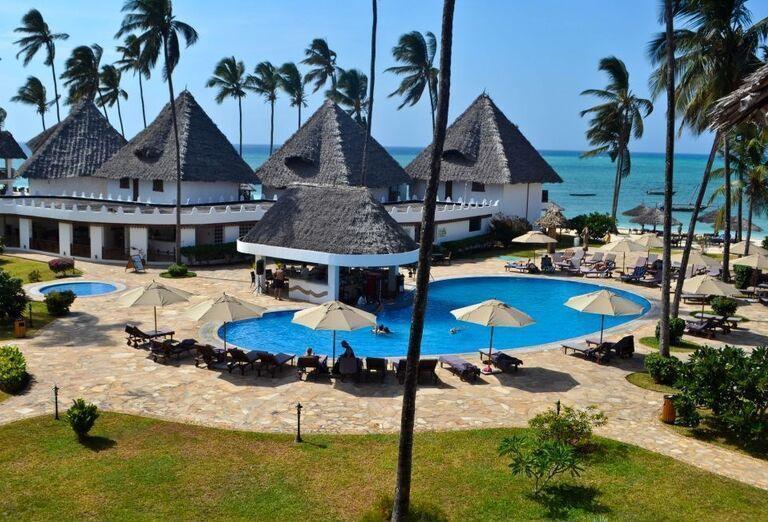 Bazén v areáli hotela Doubletree by Hilton Resort Nungwi