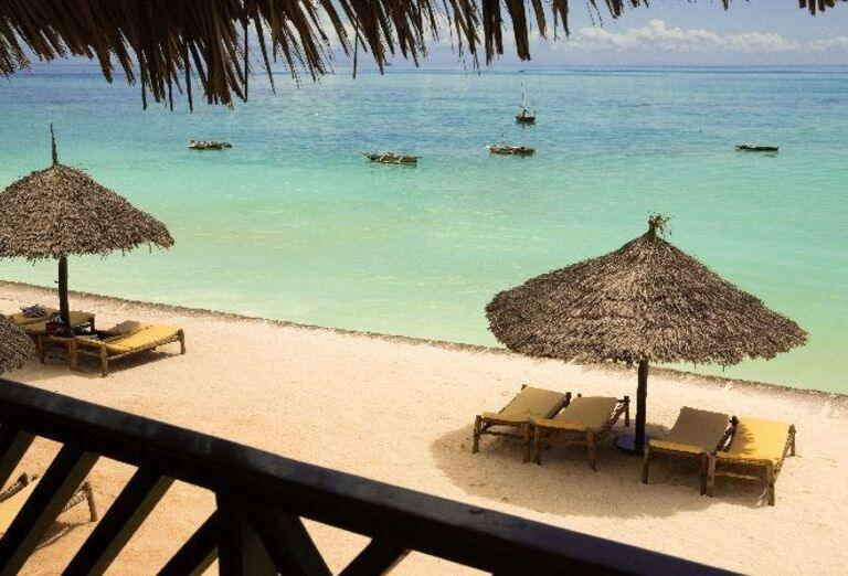 Ležadlá so slnečníkmi na pláži pred hotelom Doubletree by Hilton Resort Nungwi