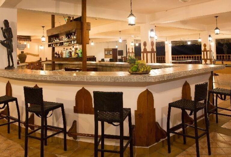Bar s barovými stoličkami v hoteli Doubletree by Hilton Resort Nungwi