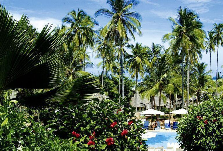 Hotel Diamonds Mapenzi Beach - Areál hotela a pestré stromy