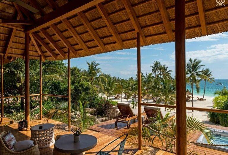 Ležadlá na terase s výhľadom na more v hoteli Zuri Zanzibar Hotel & Resort