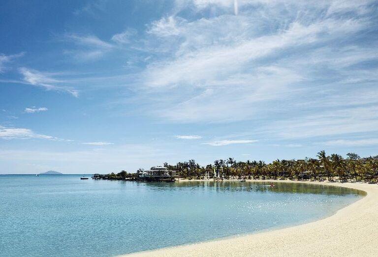 Dlhá piesočnatá pláž pred hotelom LUX* Grand Gaube