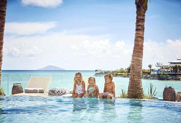 Deti sediacena okraji bazéna