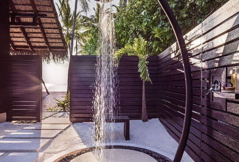Vonkajšia sprcha v rezorte One & Only Reethi Rah