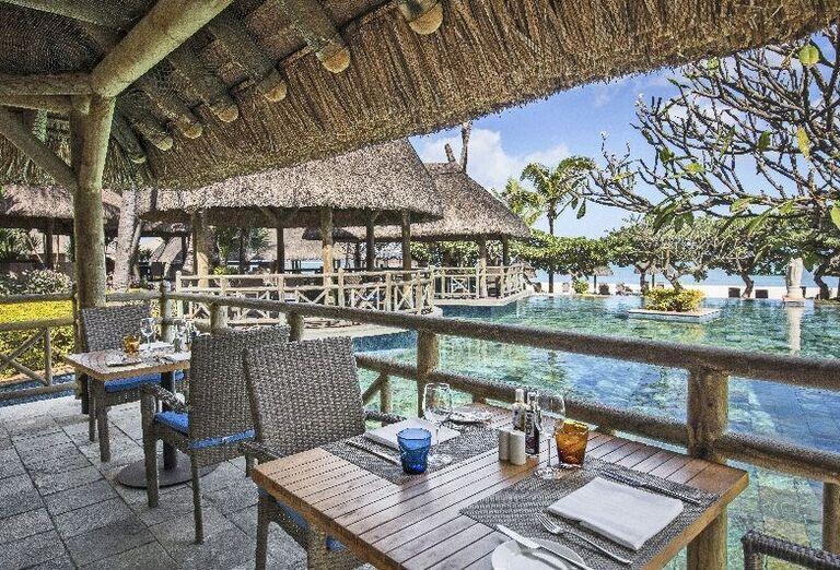 Reštaurácia pri bazéne hotela La Pirogue - A Sun Resort Mauritius