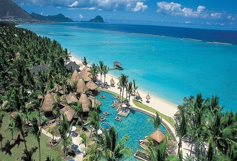Piesková pláž a okolie hotela La Pirogue - A Sun Resort Mauritius