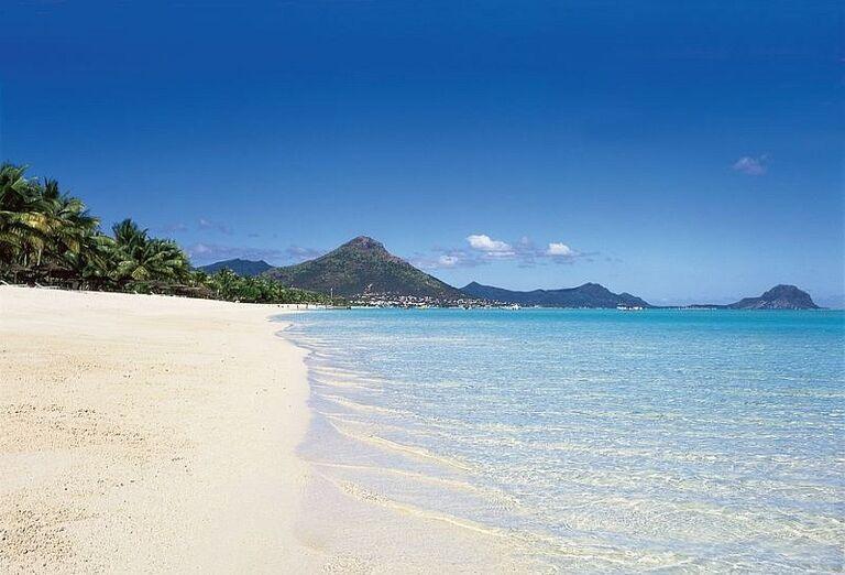 Pláž s bielym jemným pieskom pred hotelom La Pirogue - A Sun Resort Mauritius