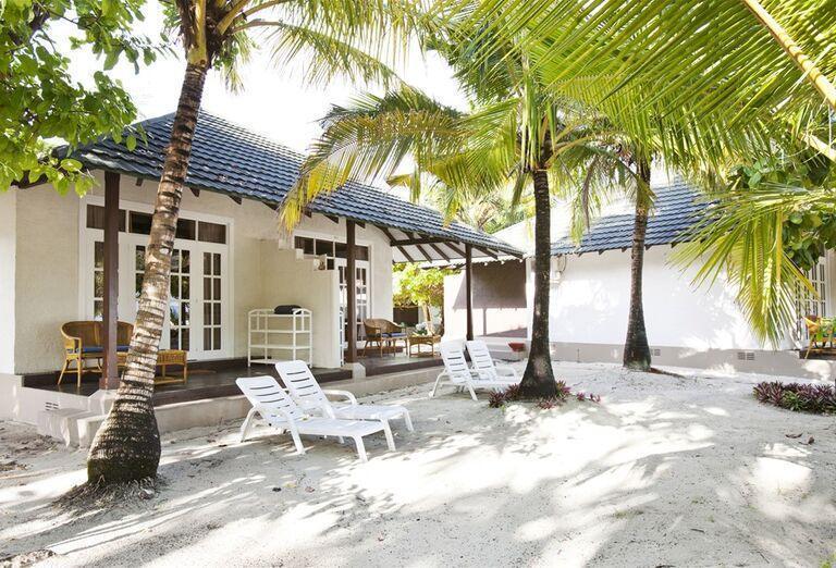 Ležadlá pri ubytovaní v hoteli Adaaran Select Meedhupparu