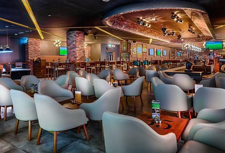 Posedenie v podniku v Hoteli City Max Bur Dubai.