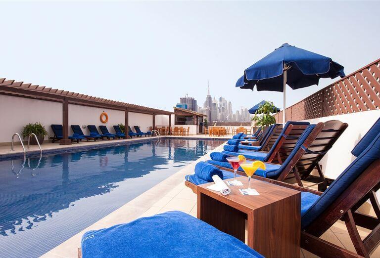 Bazén s lehátkami  v Hoteli City Max Bur Dubai.