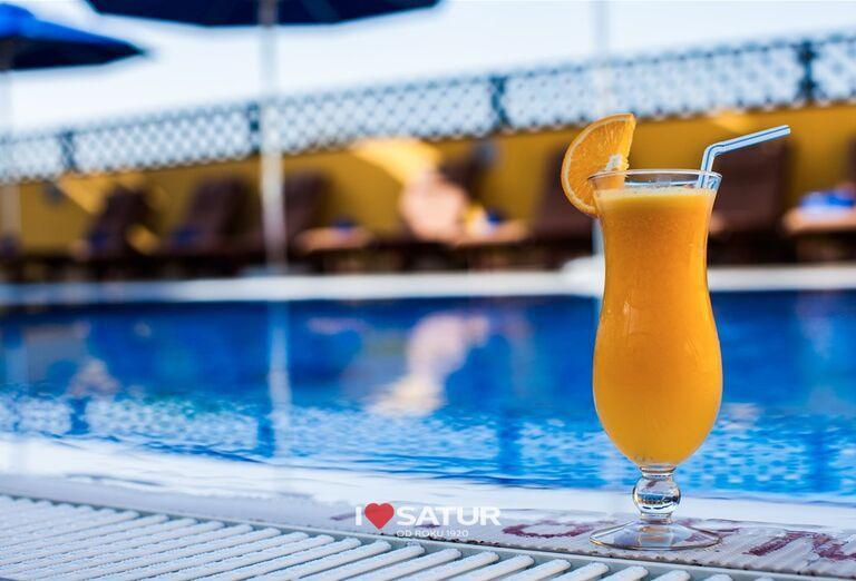 Relax pri bazéne v hoteli City Max Al Barsha at the Mall