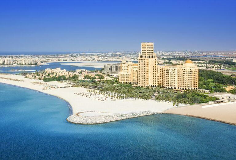 Pohľad na pláž a areál s bazénmi hotela Waldorf Astoria Ras Al Khaimah