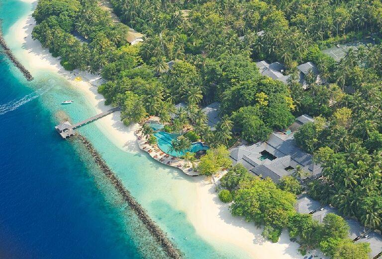 Piesková pláž pred rezortom Royal Island Resort & Spa